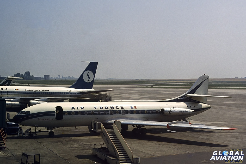 """F-BJTS """"Vercors"""" at Brussels on July 04th 1977. That unsecured open door would give Health & Safety conniptions these days. Another srs. 1 converted to srs. 3, it started life with Finnair in 1960. Air France owned and operated it for the rest of its days, and it was broken up in early 1981 © Doug Green – Global Aviation Resource"""