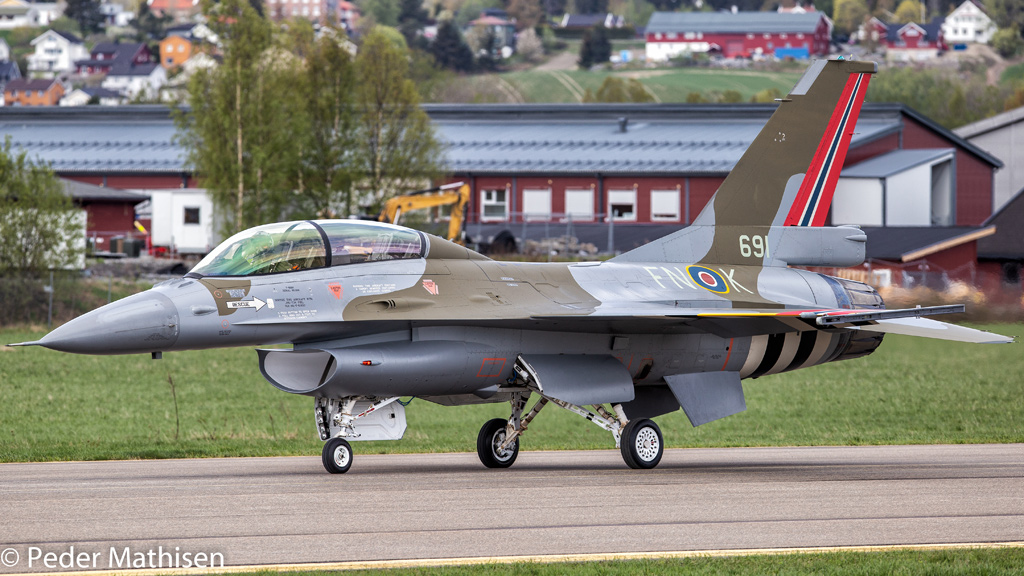 D-Day F-16B of the Royal Norwegian Air Force © Peder Mathisen - https://www.flickr.com/photos/f-16/with/46879951215/